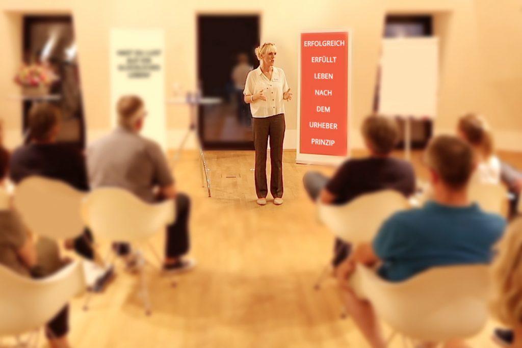 Kedo Rittershofer leitet ein Seminar